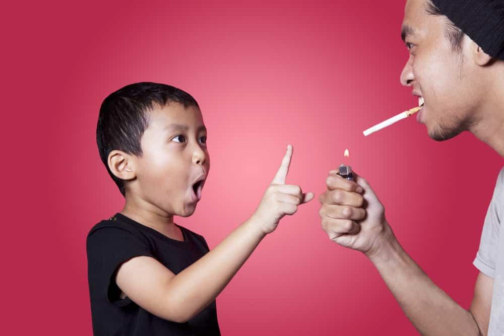 Quando sei con loro non fumare: il 50% dei bambini soffre di danni da fumo