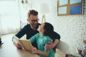 papà legge un libro di filastrocche alla figlia