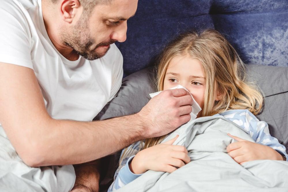 bambina a letto malata con infezione mani-piedi-bocca