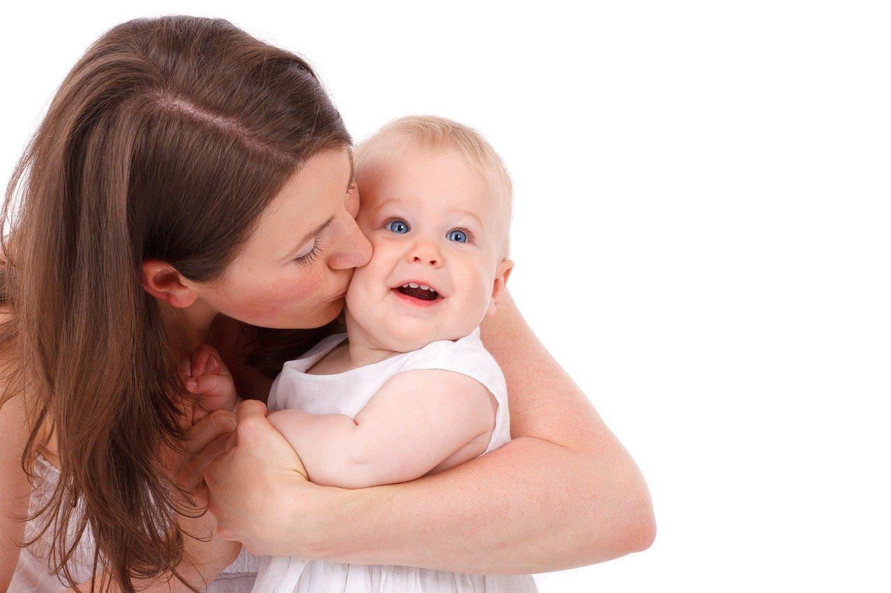 mamma gelosa e possessiva con bambino piccolo