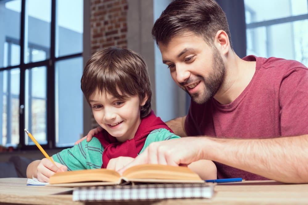 papà aiuta il figlio nei compiti a casa