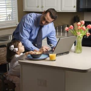 papà con figlia spiega lavoro