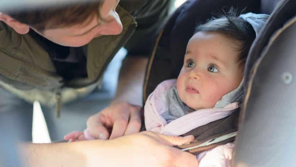 Come si trasportano neonati e bambini in auto